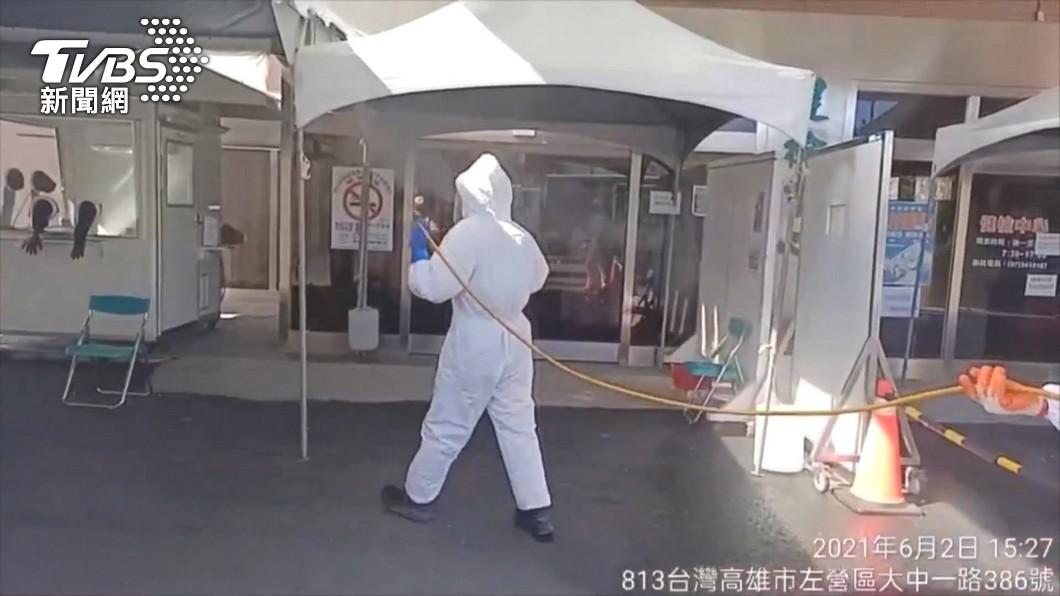 消毒人員進行環境噴消。(圖/TVBS) 不斷更新/暴增372例! 足跡涵蓋台鐵、夜市、量販店
