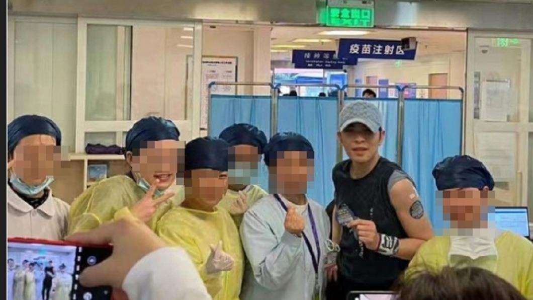 歌手蕭敬騰被爆打中國疫苗。(圖/翻攝自PTT) 蕭敬騰爆「赴陸打疫苗」醫護合照流出 經紀人證實
