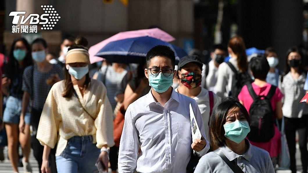 本土疫情升溫,民眾外出戴口罩防疫。(示意圖/shutterstock達志影像) 經濟部加碼紓困 企業營運資金貸款調高至600萬