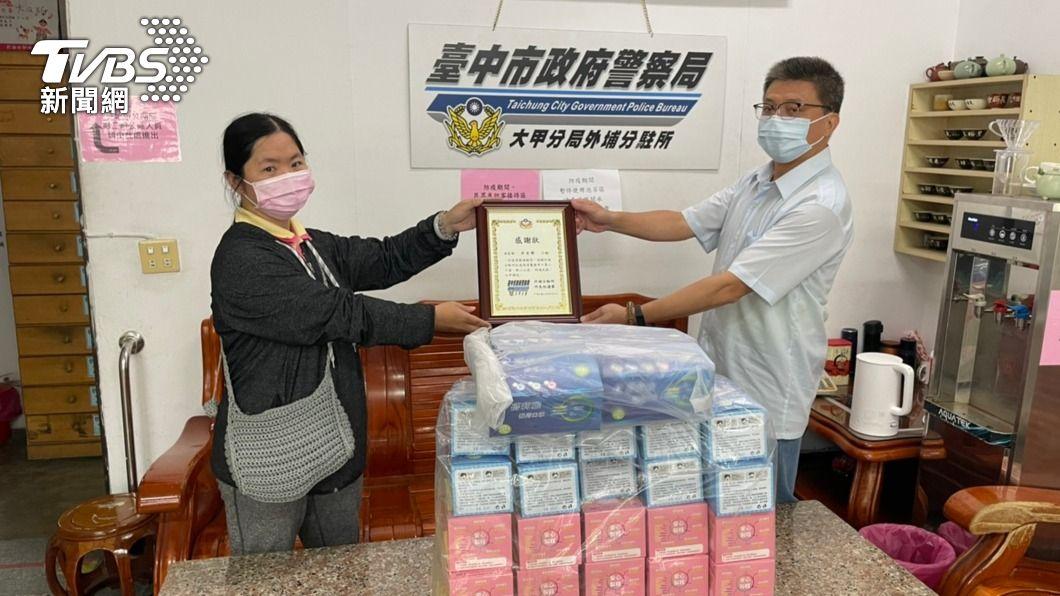 女子贈警口罩。(圖/中央社) 女子贈警近4千片口罩 感謝8年前協尋走失母親