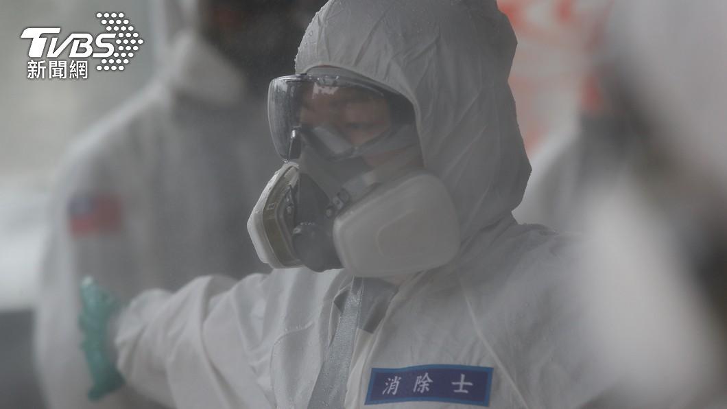 疫情延燒,化學兵先前展開清消作業。(圖/中央社) 全台疫情何時解禁?他曝「關鍵時間點」示警這事恐致災難