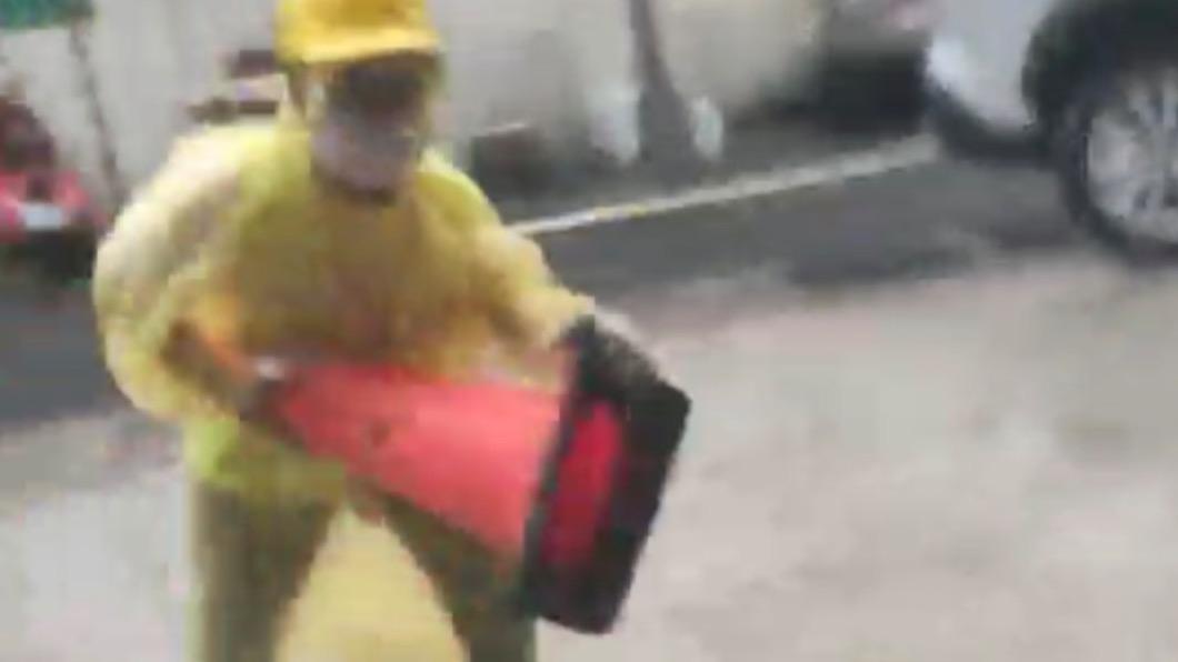 工人拿路邊三角錐作勢攻擊。(圖/當事人提供) 勸工人「不要脫口罩抽菸」 竟被毆打導致腦震盪