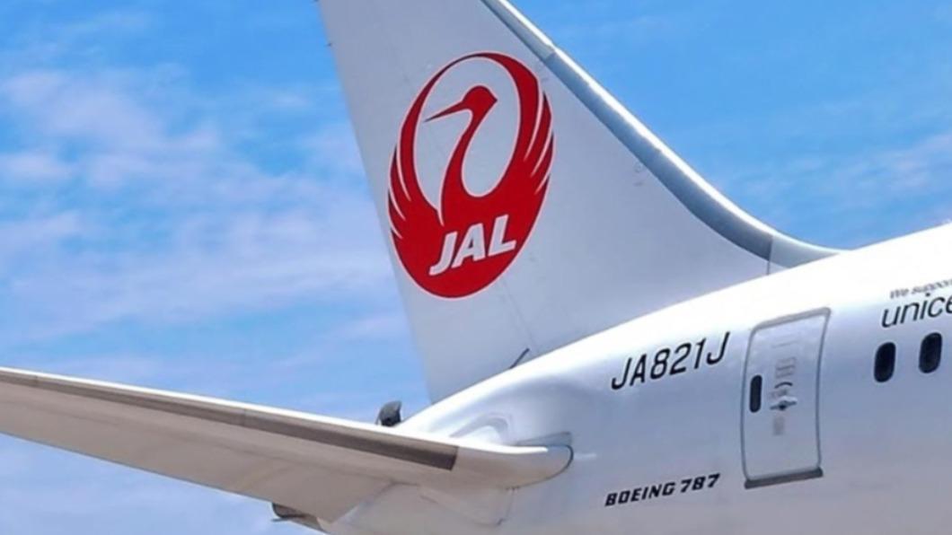 圖/facebook.com/japanairlines.taiwan 日本供台124萬劑AZ疫苗 日航客機載貨今下午抵桃機