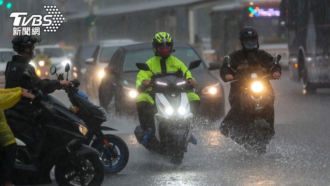 (圖/中央社) 梅雨鋒面加颱風外圍環流 15縣市大雨及豪雨特報