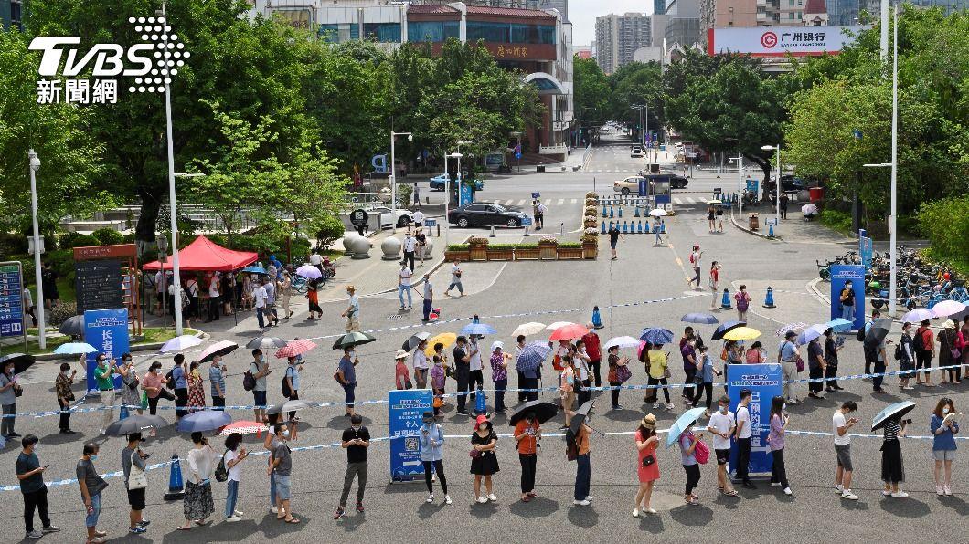 圖為日前廣州民眾排隊等待接種疫苗。(圖/達志影像路透社) 廣州防控疫情 18萬人嚴禁出門部分物資不暢