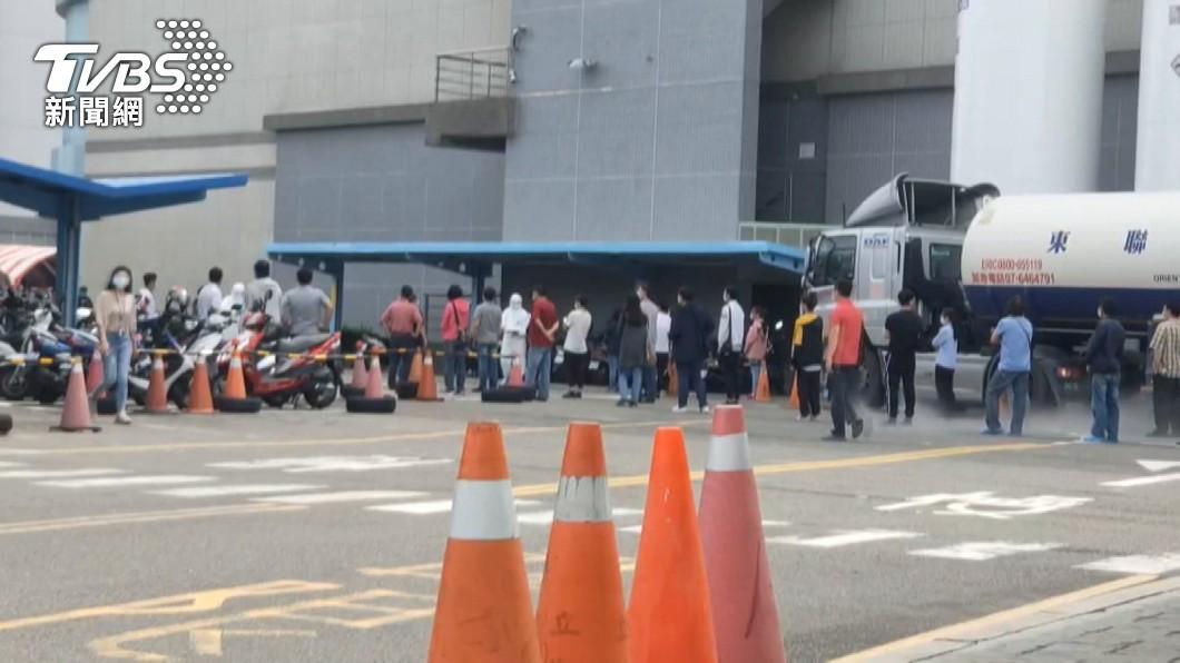 圖為京元電員工快篩。(圖/TVBS) 防堵科技廠群聚案 勞動部祭移工宿舍分流、禁外出