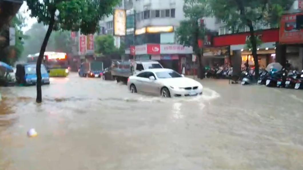 台北市吳興街大淹水。(圖/讀者提供) 淹水災情頻傳!「豪雨狂灌北市」開設一級災害中心
