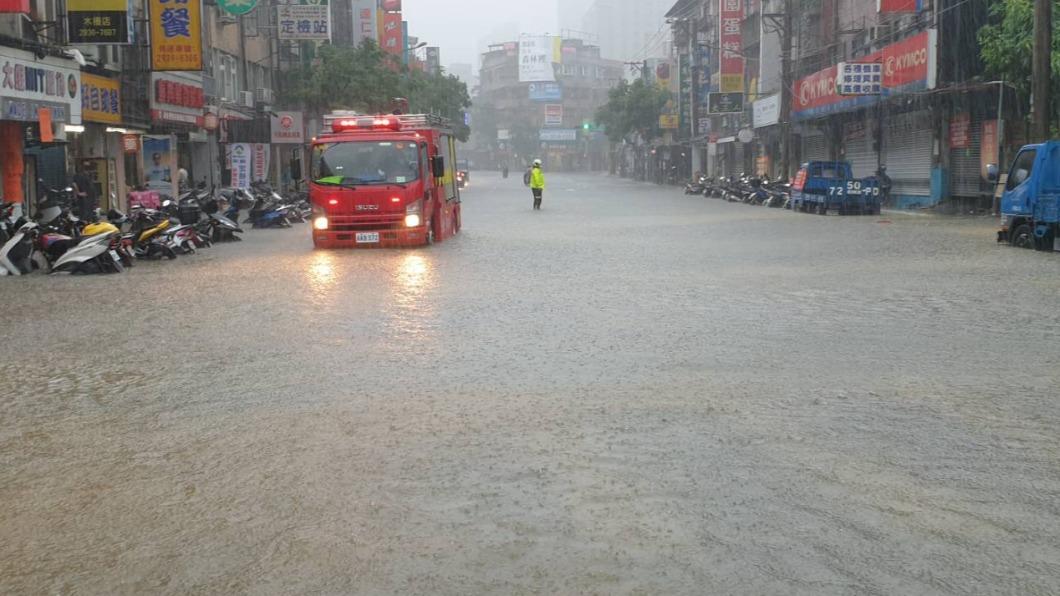 台北市陸續傳出淹水災情。(圖/北市府提供) 彩雲強度逐漸減弱 颱風+鋒面「南北雙夾」大雨狂灌