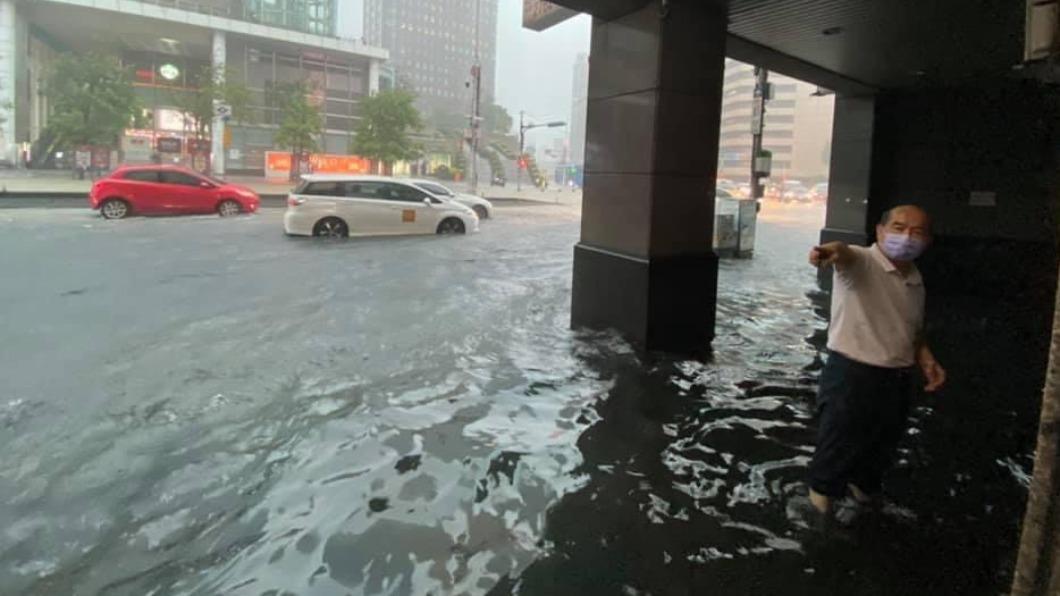 台北市政府捷運站出口。(圖/翻攝自信義區三兩事) 北市大豪雨狂灌!直擊淹水災情「信義區淪陷」泥流淹路面