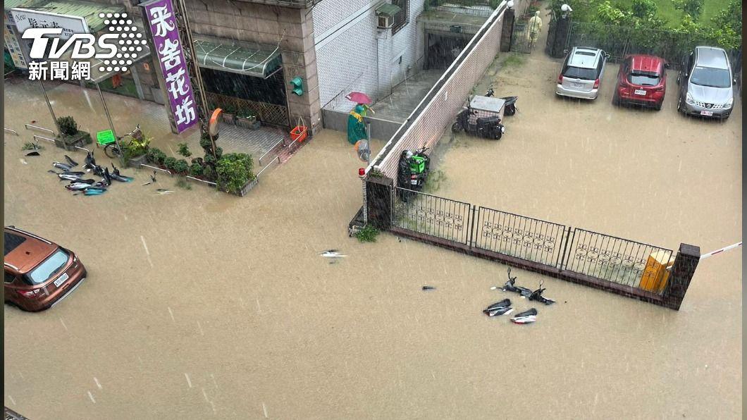 台北市大安區時雨量驚人,連機車都倒在水裡面。(圖/TVBS) 台灣大學時雨量209mm 逼近台灣史上最高紀錄