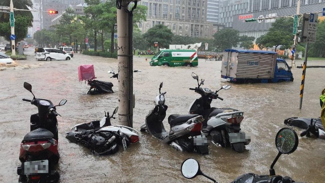 信義區淹水。(圖/翻攝自爆廢公社) 北市暴雨機車全泡水、南部藍天白雲 網友:一座島兩個國