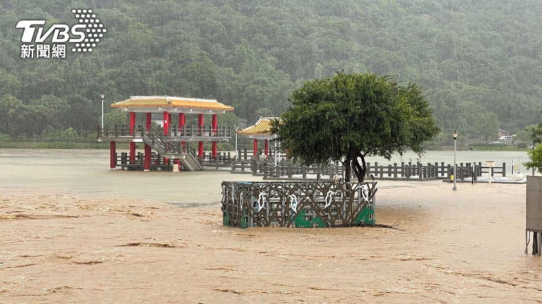 北市大湖公園積水。(圖/中央社) 大雷雨狂炸!午後瞬間強降雨 文山、信義區淹水