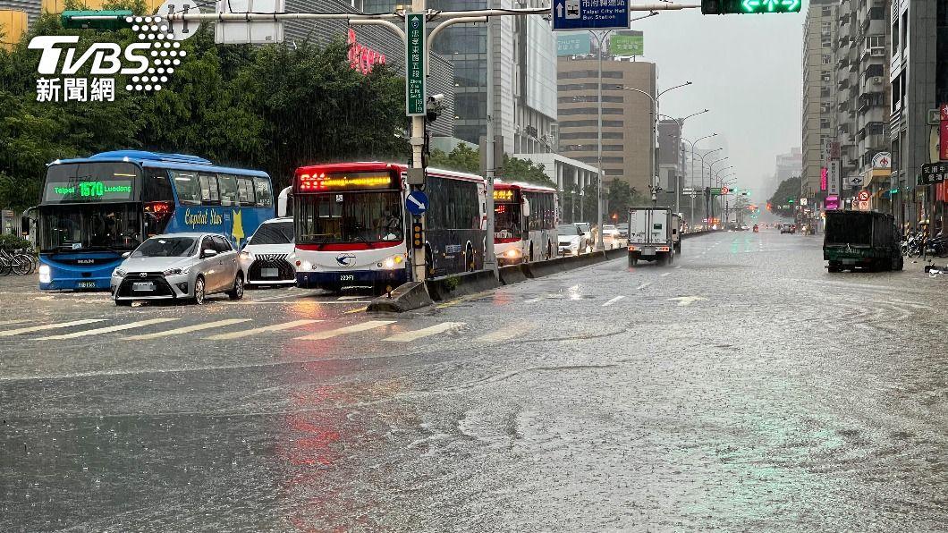 (圖/中央社) 雨彈狂炸!北市5行政區時雨量破百毫米 淹水災情頻傳