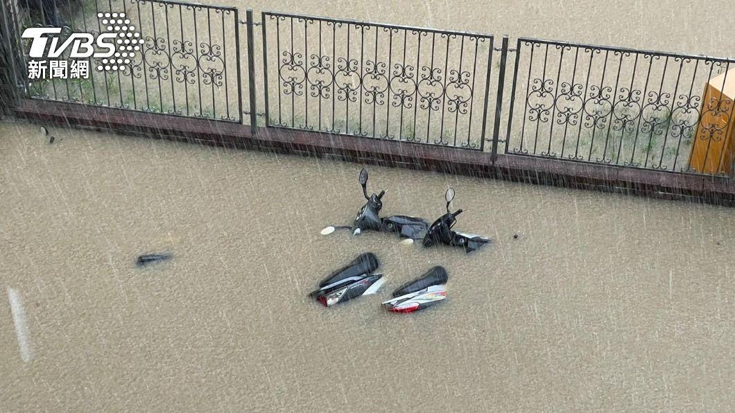 6月梅雨鋒面報到,強陣雨造成全台多處水患。(圖片來源/ TVBS) 大雨狂炸機車泡水了嗎? PGO提供8折零件、工資優惠
