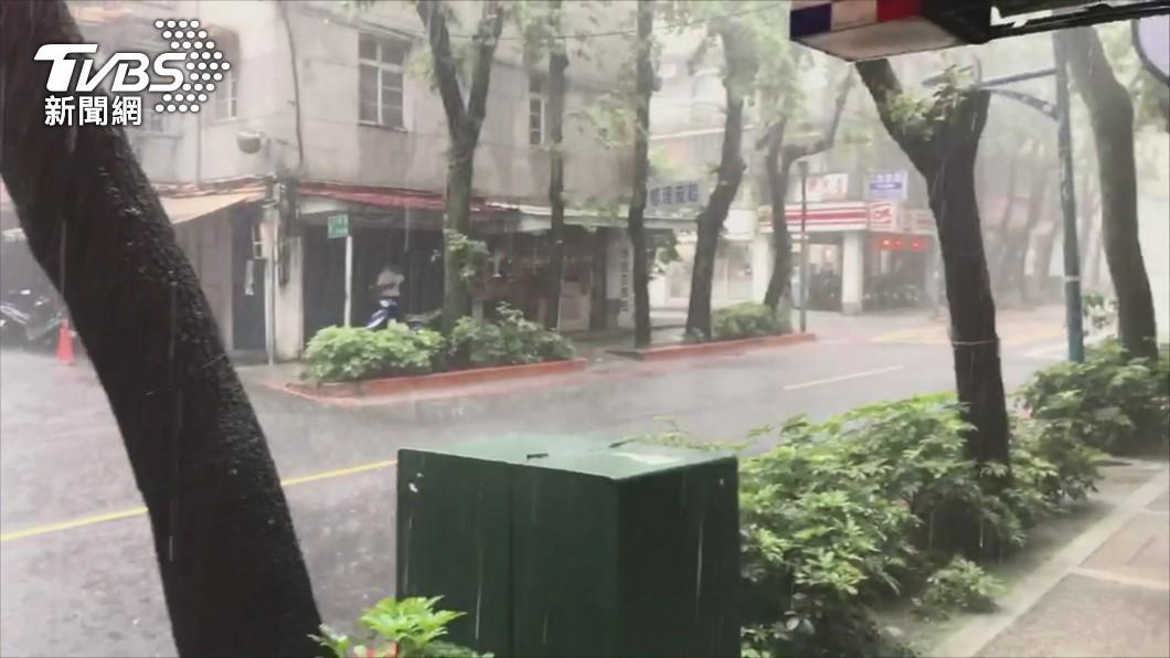 今日午後雷陣雨發展得仍相當旺盛。(圖/TVBS) 台灣特殊天氣現象! 專家揭「午後雷雨下到入夜」原因