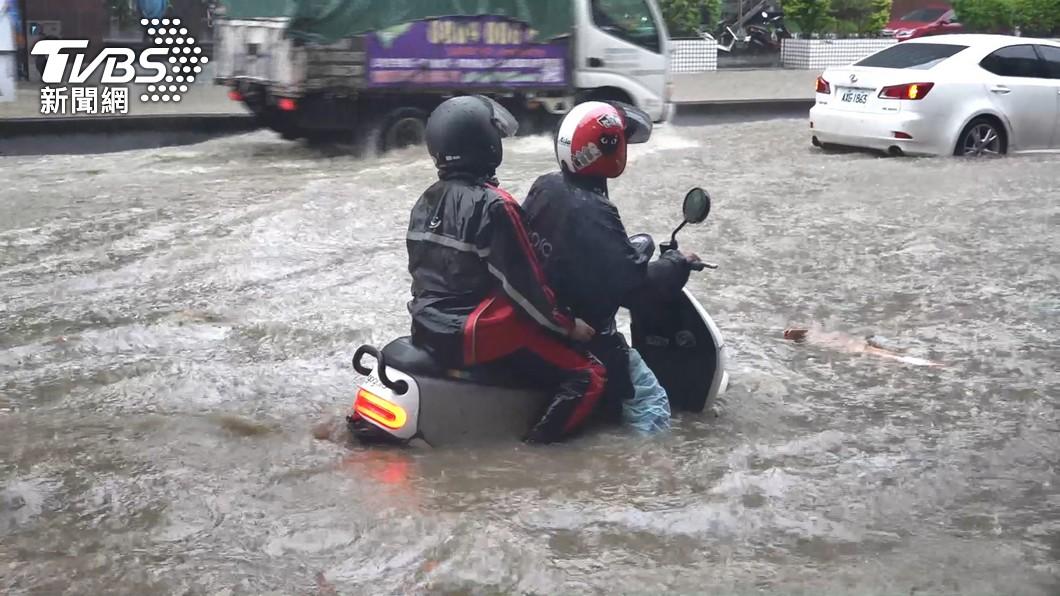 上週豪雨侵襲,全台多處地區傳出水災,Gogoro提供回廠免費檢測並提供零件優惠。(圖片來源/ TVBS) 大雨成災Gogoro不慎泡水了? 6月底前回廠免費檢測、零件優惠