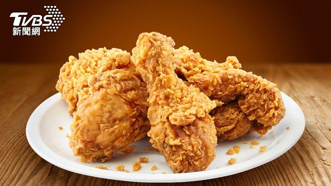 菲律賓一名女子買炸雞給兒子吃,卻遇到超離譜事件 。(示意圖/shutterstock達志影像) 兒吃炸雞咬不爛 母見「藍綠色內容物」氣炸:有夠噁!