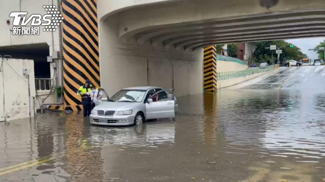 台南安平區今(5)日下午下大雨淹水,車輛無法動彈。(圖/TVBS) 氣象局發台南、高屏豪雨特報 安平區淹水車輛一度受困