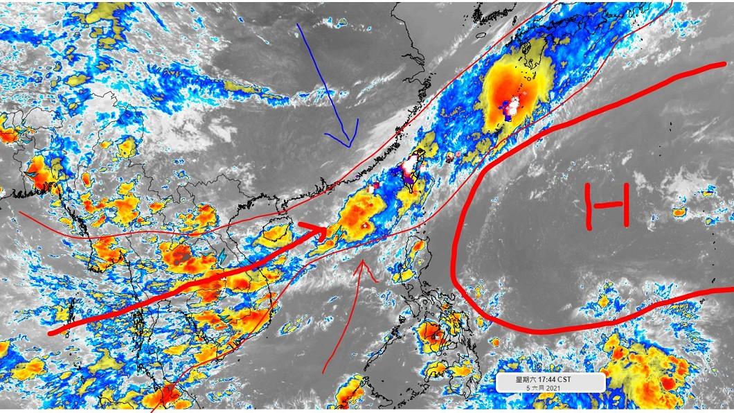 這波鋒面雨勢驚人。(圖/翻攝自氣象達人彭啟明臉書) 雨量不亞於颱風!5千公里長鋒面「橫襲台灣」雨彈時間曝