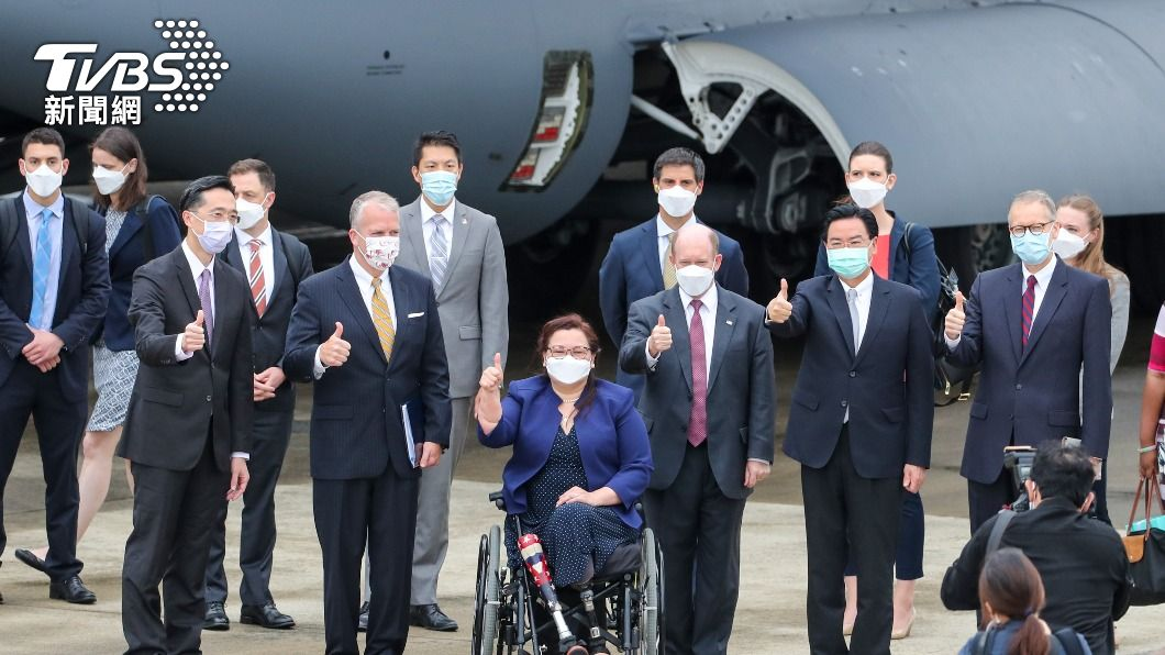 美國3名聯邦參議員昨(6)日旋風抵台,由外交部長吳釗燮接機。(圖/中央社) 美國疫苗大方贈台 他驚見AIT貼文玄機:台灣這麼重要