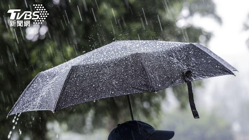 民眾外出時記得要攜帶雨具。(示意圖/shutterstock 達志影像) 雨彈來了!午後對流旺盛 16縣市大雨特報