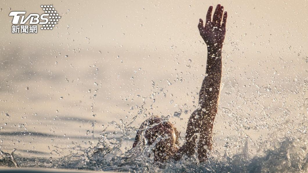 印度驚傳溺水意外,丈夫與大兒子雙雙溺斃。(示意圖/shutterstock達志影像) 湖邊慶生會釀悲劇 父子卡水中泥濘溺斃 獨留妻與小兒子