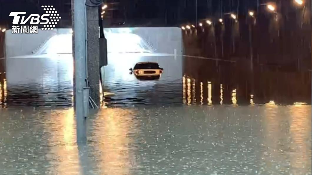 中山地下道淹水,水深險將汽車滅頂 。(圖/TVBS) 雨彈狂襲高雄淹水! 下水道3車受困險遭滅頂