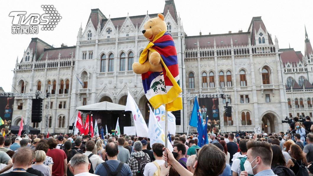 抗議民眾中出現小熊維尼玩偶。(圖/達志影像路透社) 匈牙利民眾反復旦大學建分校 威脅路名改「達賴喇嘛街」