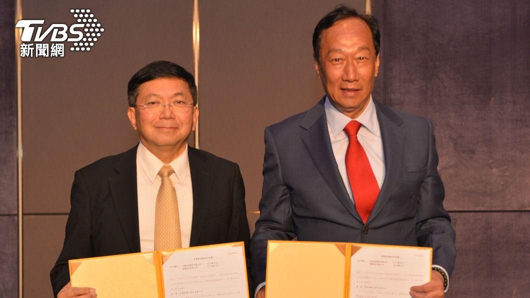 鴻海創辦人郭台銘(右)、台康生技總經理劉理成(左)。(圖/台康生技提供) 傳郭台銘爭取代工BNT疫苗 台康生技回應了