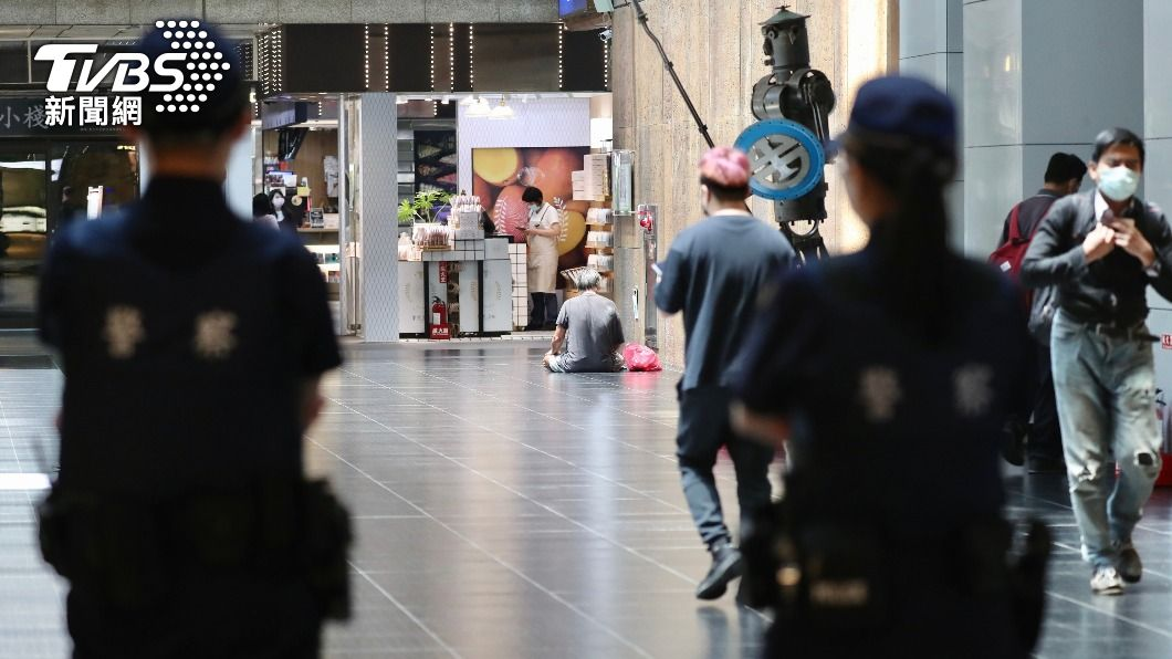 警察在北車巡邏。(圖/TVBS) 三級警戒擬延長? 政院:若有決定會盡快說明