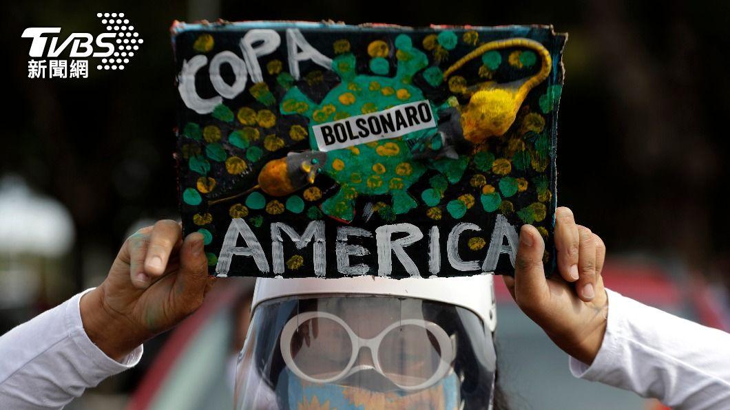 巴西民眾抗議政府堅持舉辦美洲盃足球賽。(圖/達志影像美聯社) 巴西單日近2千人死亡 政府硬辦足球賽挨轟「罔顧人命」