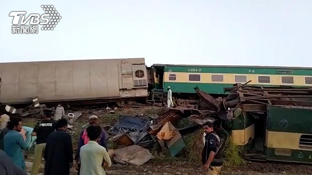 (圖/達志影像美聯社) 巴基斯坦南部2火車相撞翻覆 至少30死