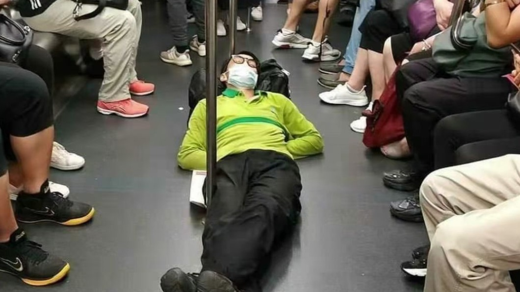 中國大陸90後吹起「躺平運動」風。(示意圖/翻攝自刘晓原@liu_xiaoyuan推特) 陸青年興起「躺平運動」 不買房、不結婚、不生娃