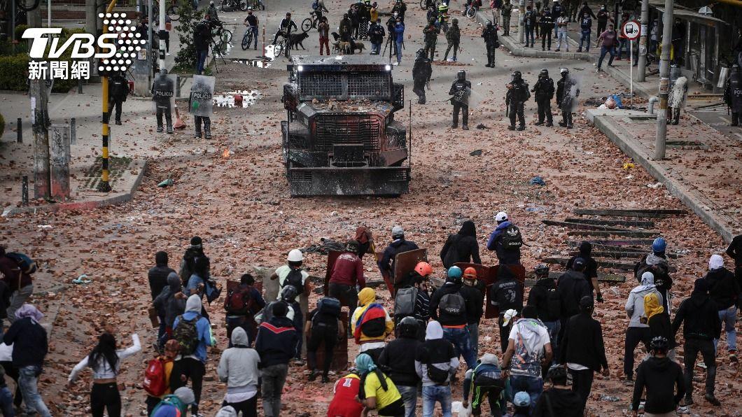 哥倫比亞示威者與警方對峙。(圖/達志影像美聯社) 哥倫比亞暴力鎮壓示威者惹議 總統令警政現代化