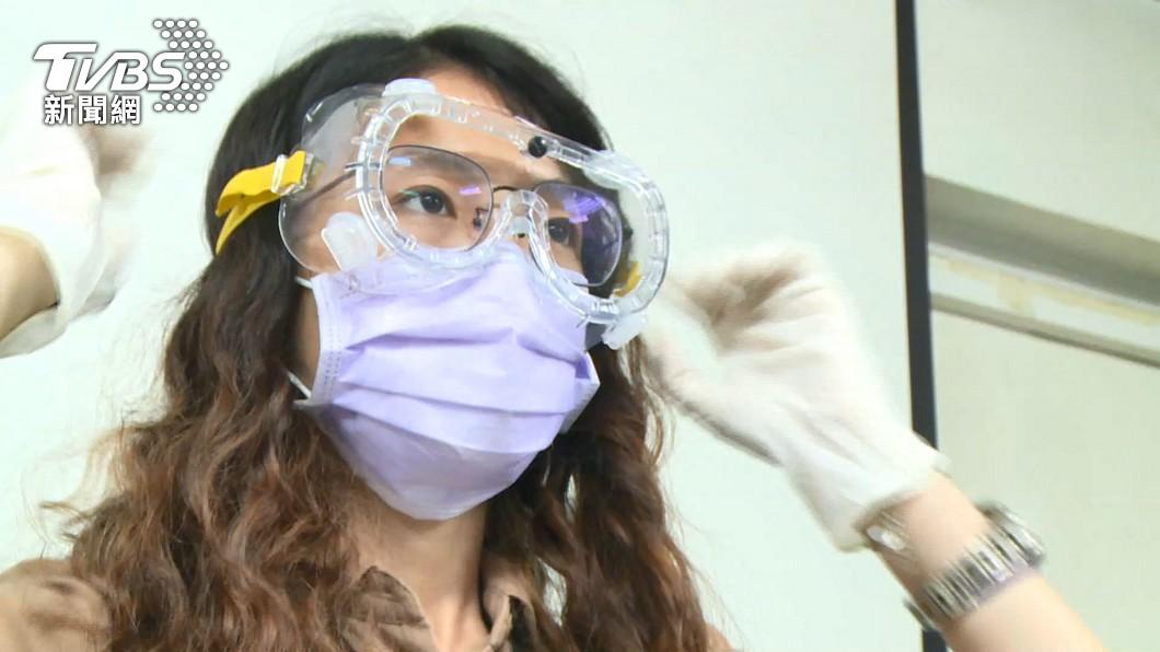 專家指出,戴塑膠手套反而有可能讓病毒殘留在上頭。(示意圖/TVBS資料畫面) 以為噴酒精就安全!消毒完少1步驟 醫:錯誤防護恐感染