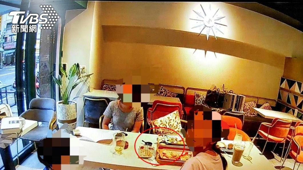 警方上門查看,果真發現3位民眾在店內用餐。(圖/TVBS) 不甩三級警戒!餐廳讓顧客內用 警方上門辯稱:員工試菜