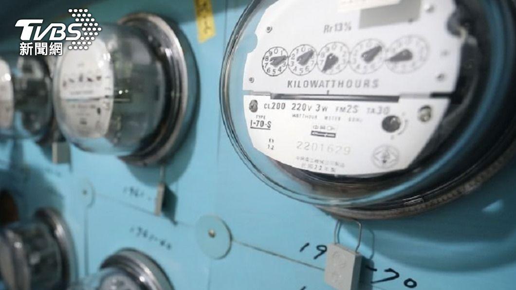(圖/中央社) 鼓勵宅家防疫 消基會籲補助水電費、規費祭優惠