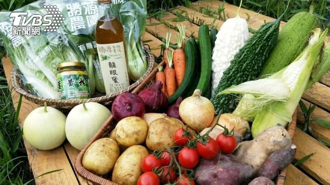 飯店及速食業者看中宅在家防疫商機,開賣蔬菜箱、蔬菜袋。(圖/中央社) 飯店及速食業者另尋防疫商機 開賣蔬菜箱