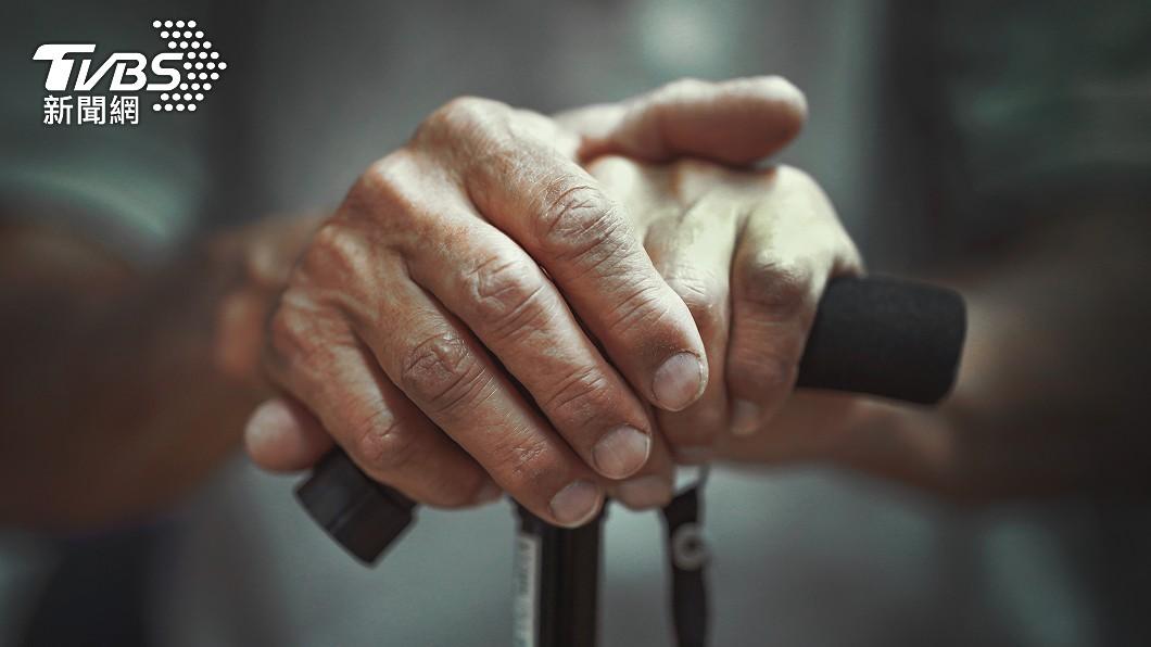女網友分享75歲老父獨居在南部,猶豫是否該回家。(示意圖/shutterstock達志影像) 高齡癌父獨居⋯女怕成破口憂返鄉 網反力挺:快回去!