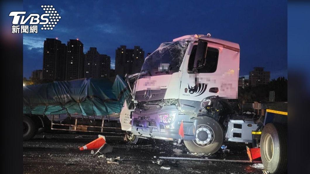 國1南下竹北交流道4車連環撞。(圖/TVBS) 國1南下新竹段4車連環追撞 1死4人受傷