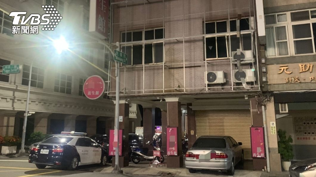 新興區一間養生館私下偷營業。(圖/TVBS) 養生會館拉鐵門偷營業 警上門蒐證發現「人與人連結」