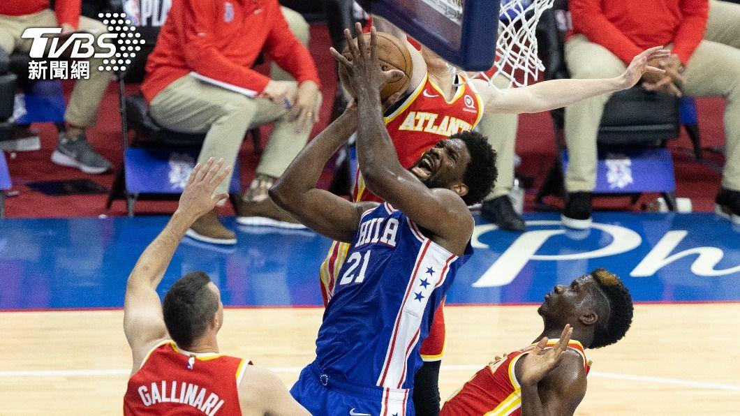 NBA 76人恩比德轟40分。(圖/達志影像路透社) 恩比德狂拿40分13籃板 76人系列賽扳平老鷹