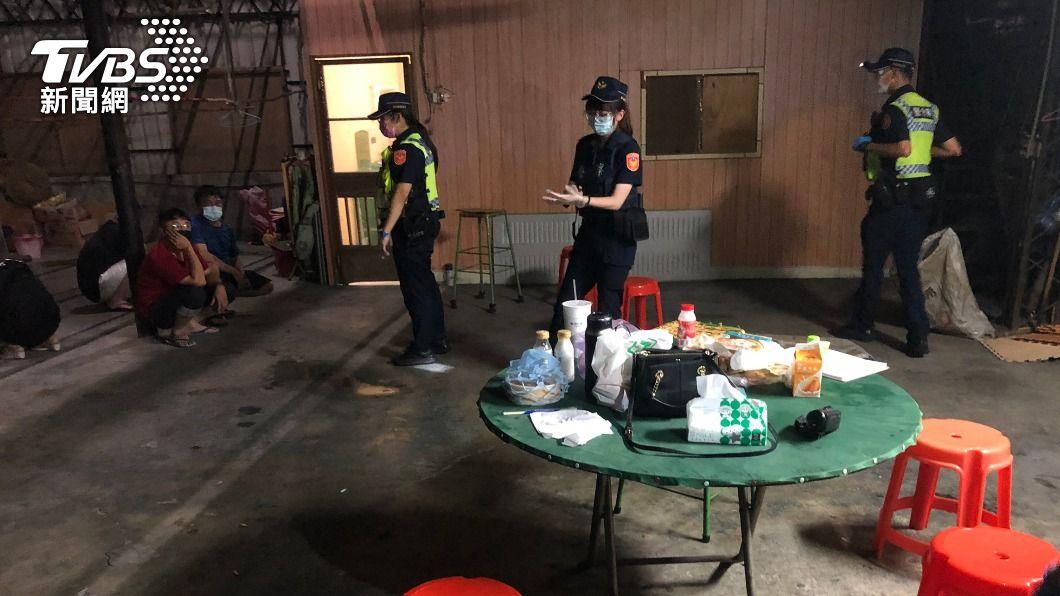 彰化一鐵皮屋凌晨群聚遭檢舉。(圖/TVBS) 深夜6人群聚吃喝遭檢舉 警上門開罰竟見通緝犯