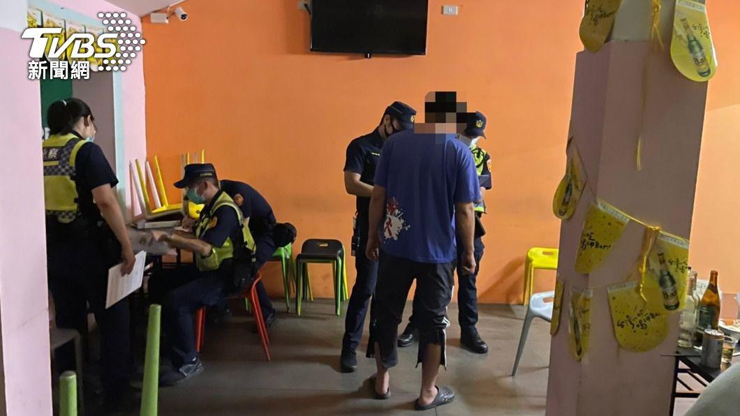 台東某酒吧偷營業,聚集4名酒客未戴口罩,開罰近70萬元。(圖/中央社) 台東酒吧違規營業群聚 警方開罰70萬