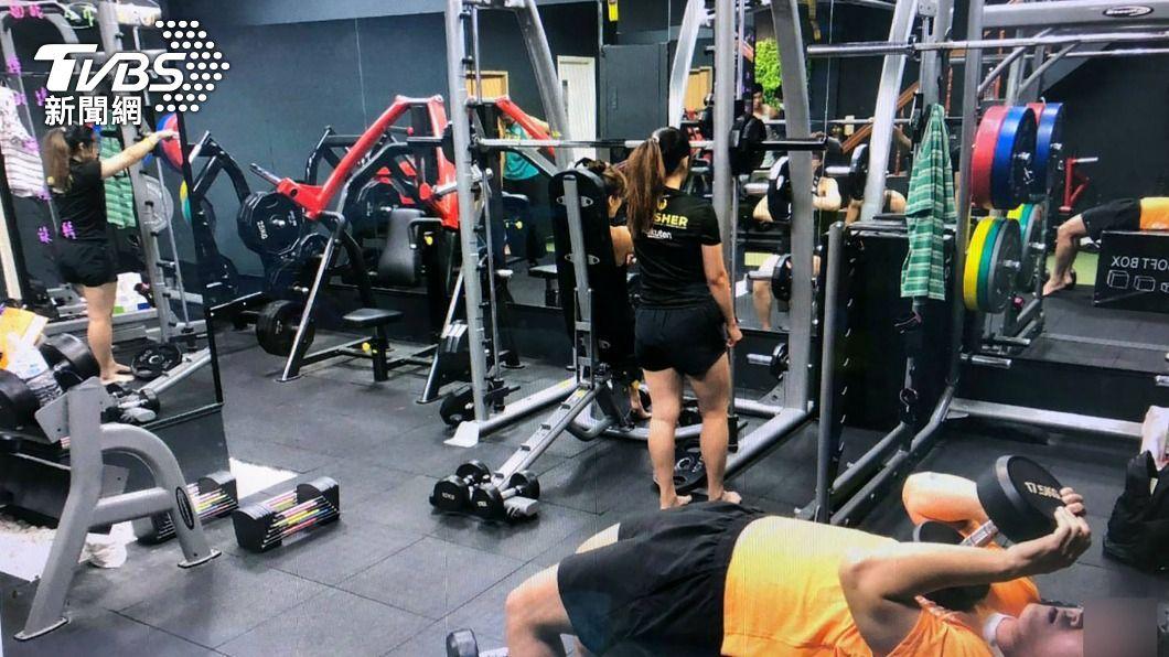 台中4男2女群聚在一家私人訓練所內健身,且沒有戴口罩。(圖/中央社) 健身教練自主訓練群聚未戴口罩 警蒐證移送裁罰