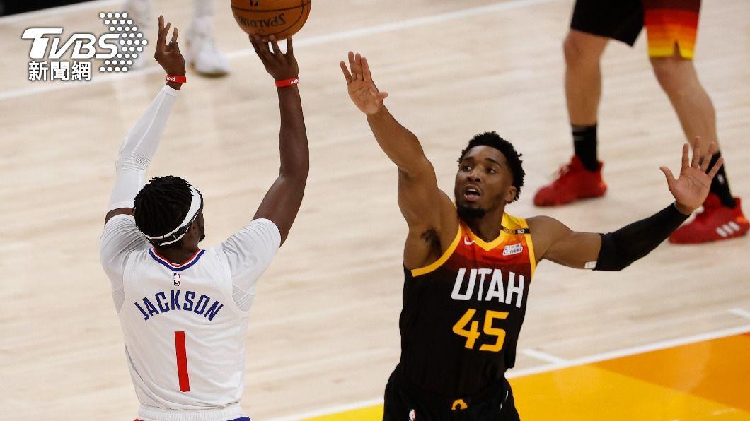 NBA爵士密契爾攻下45分。(圖/達志影像路透社) 密契爾45分戈貝爾關鍵封阻 爵士勝快艇拔頭籌