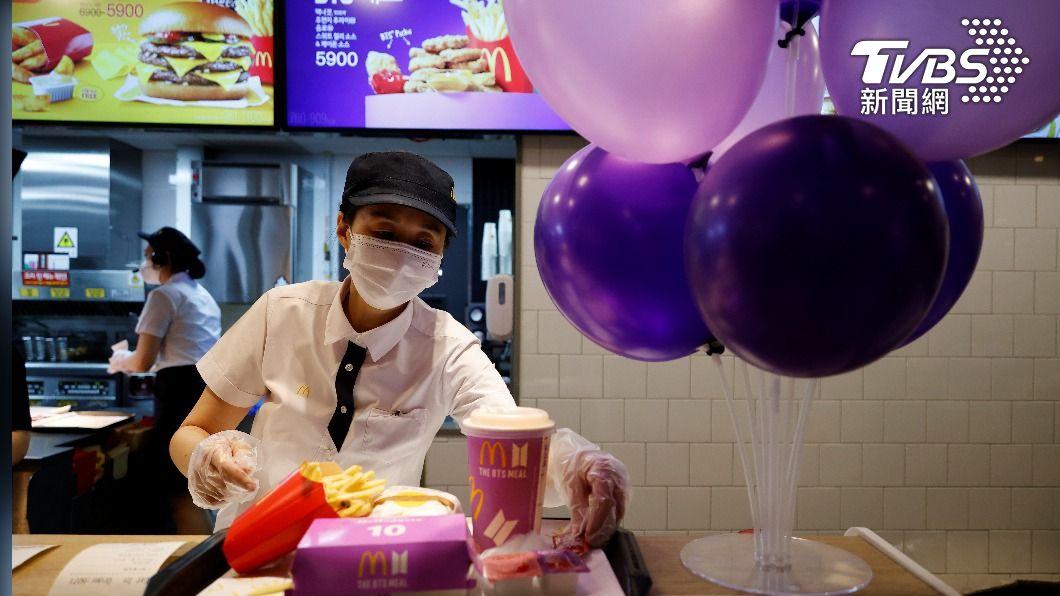BTS套餐印尼開賣,憂群聚至少13麥當勞暫停營業。(圖/達志影像路透社) BTS套餐印尼開賣 憂群聚至少13麥當勞暫停營業