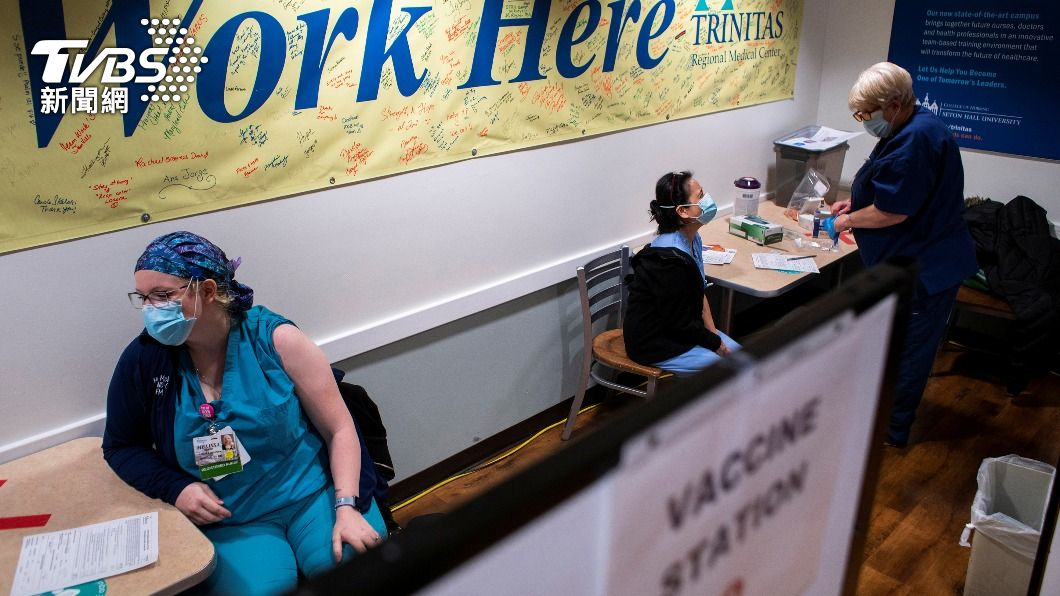 醫療人員優先接種疫苗。(示意圖/達志影像路透社) 不接種別上工!德州近200名拒打疫苗員工 遭醫院停職