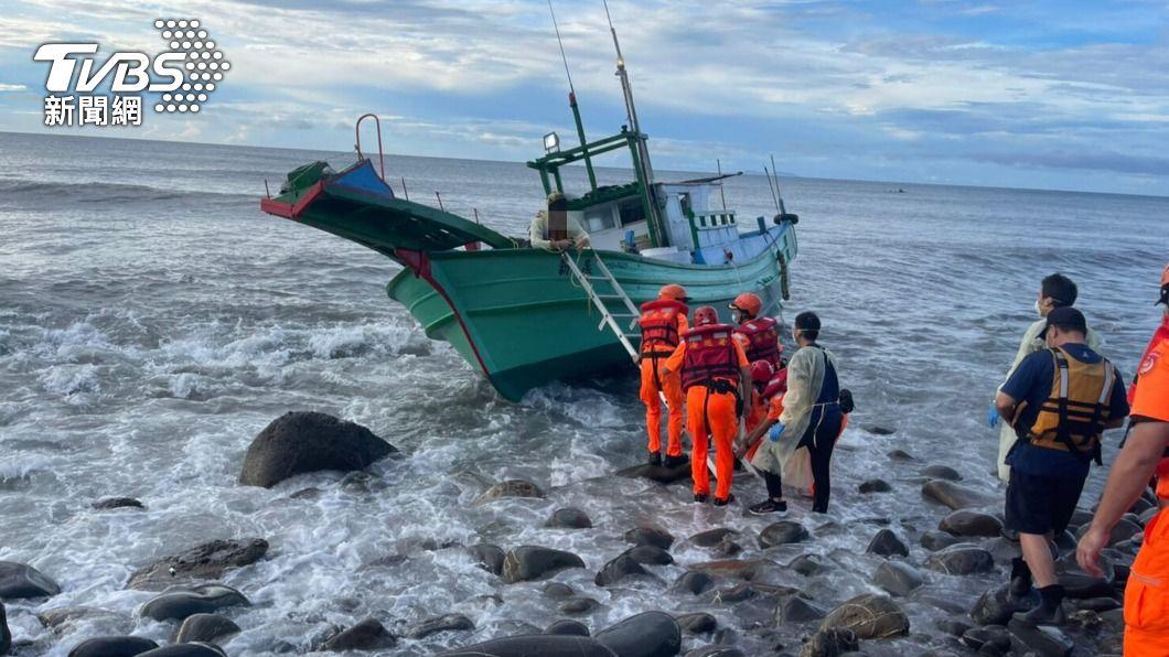(圖/中央社) 漁船擱淺東海岸1船員受困 海巡和消防急救援