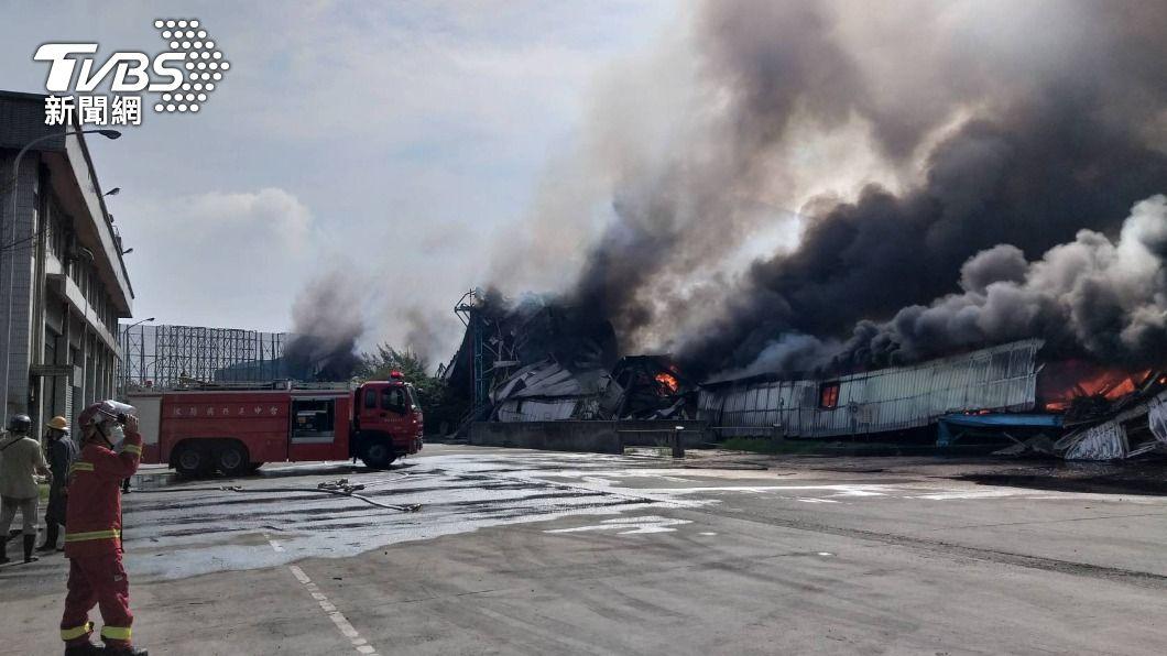 中火運煤輸送帶起火。(圖/中央社) 中火運煤輸送帶火警釀空污 中市府重罰500萬